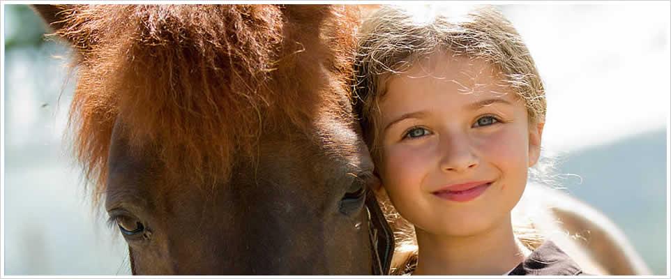 926x400_kind_mit_pony_lacht_rahmen